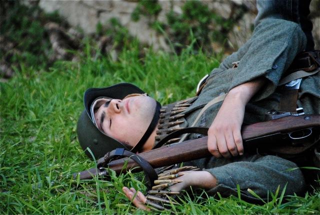 Un soldat allemand touché par les tirs des résistants.
