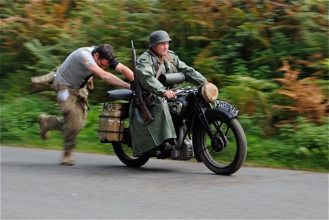 """Démarrage de la moto NSU """"à la poussette""""."""