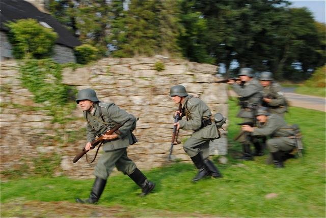 Les soldats allemands montent à l'attaque…