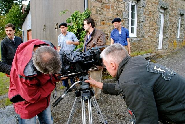 Mise en place de la caméra, protégée de la pluie par un sac poubelle !