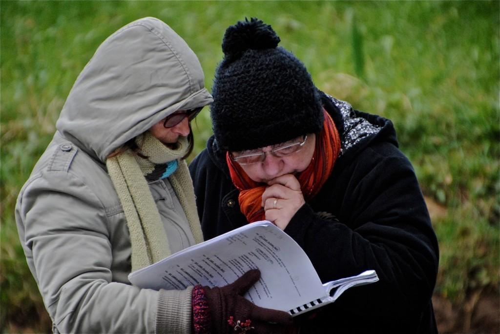 Gisèle et Linette vérifient le scénario.