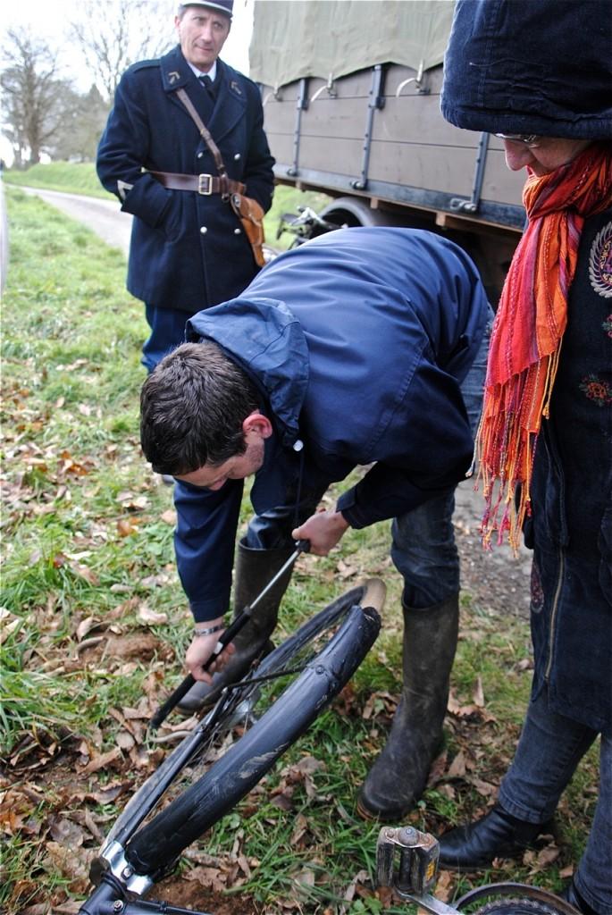 … mais un pneu (d'époque !) à déclaré forfait. Il faudra le remplacer la roue avant par celle prélevée sur un autre vélo !