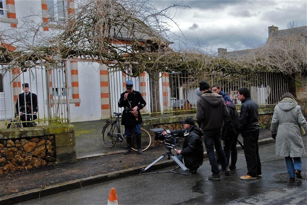 Préparation de la scène devant l'ancienne école et ancienne mairie de Gommenec'h.