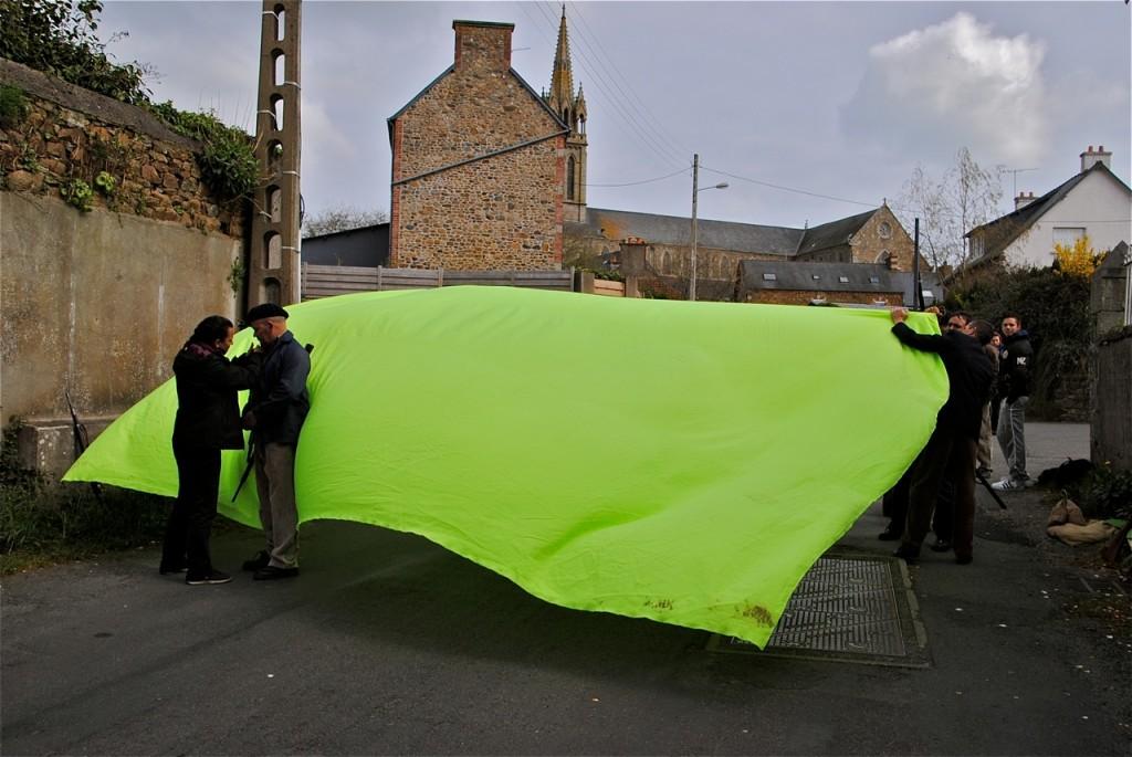 La mise en place de l'écran vert est rendue difficile par les rafales de vent.