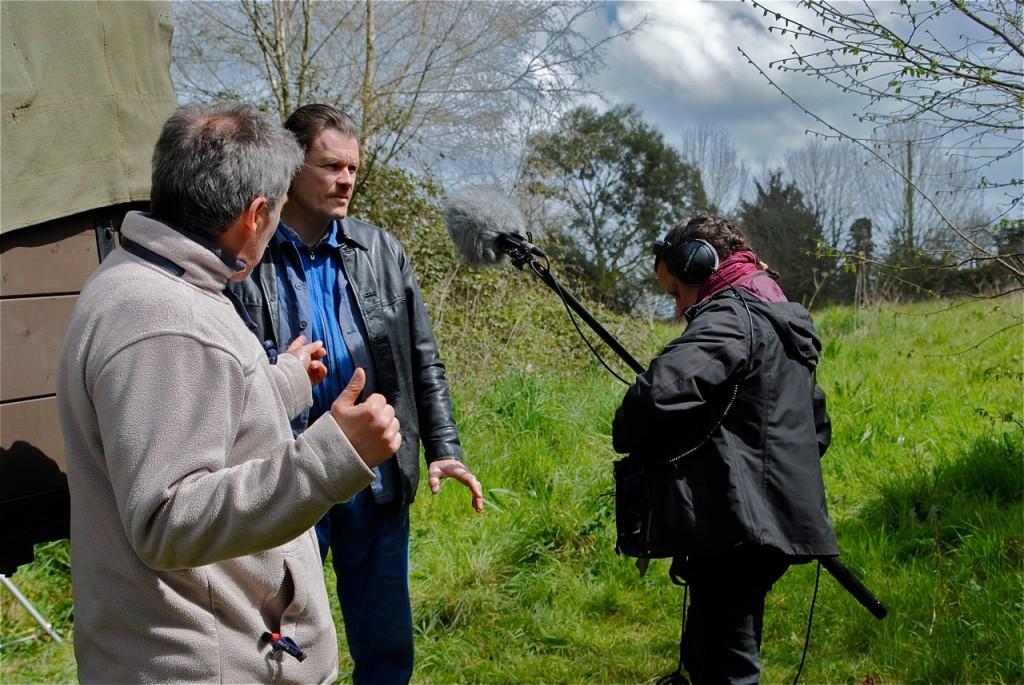 Traditionnelle discussion avant le tournage des scènes.