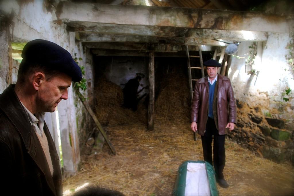 Dumais (Laurent Chandemerle) et André (Brice Ormain), examinent le contenair d'armes.