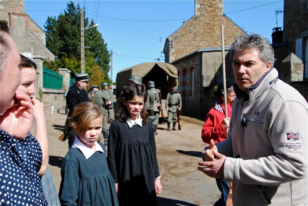 Explications aux enfants avant le tournage de la scène.