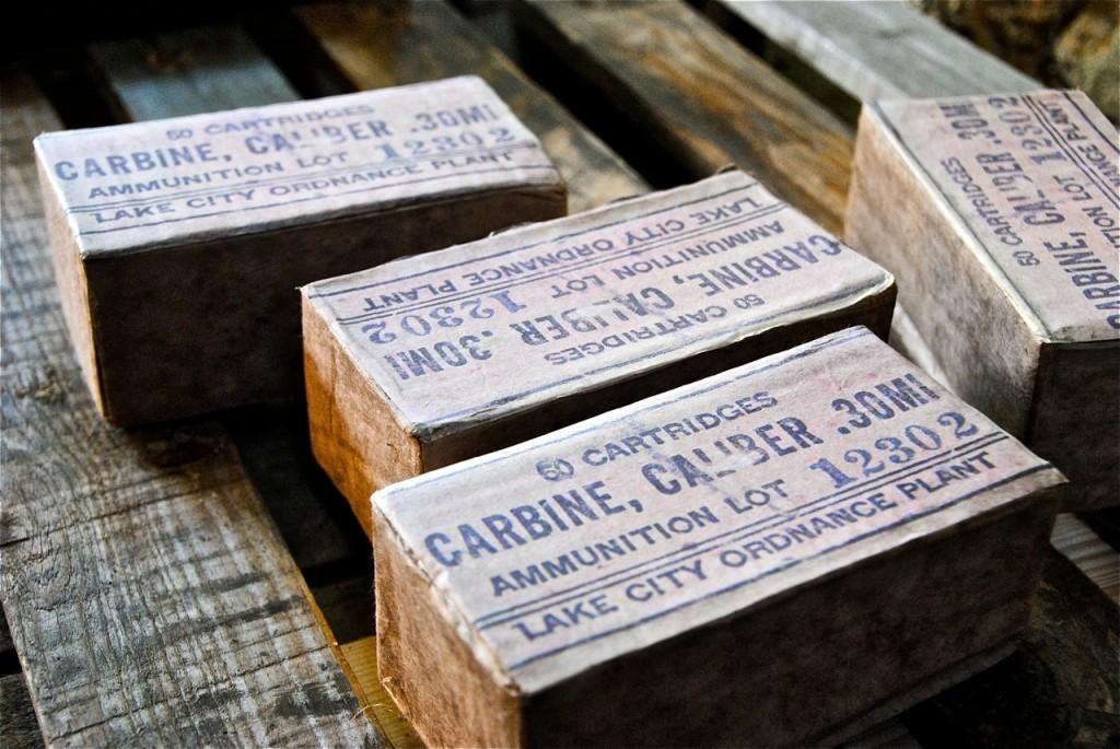 Les boîtes de munitions, avec la reproduction de leurs étiquettes d'époque.