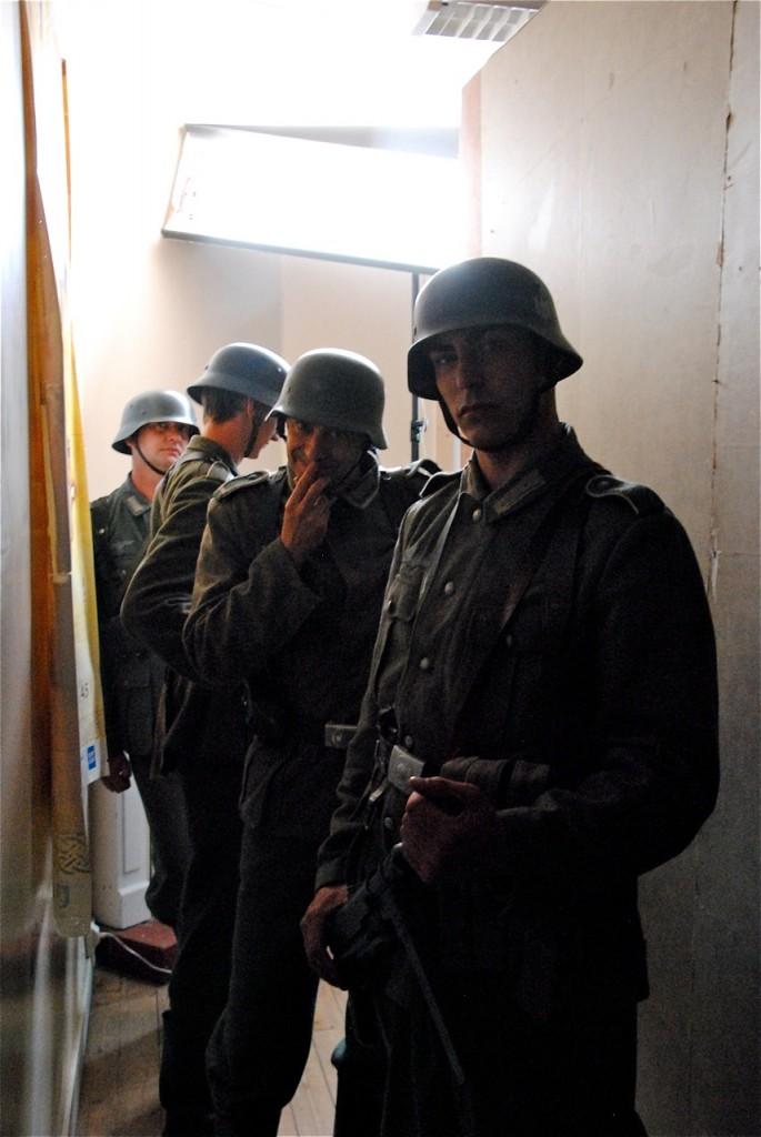 Les militaires attendent dans le couloir.