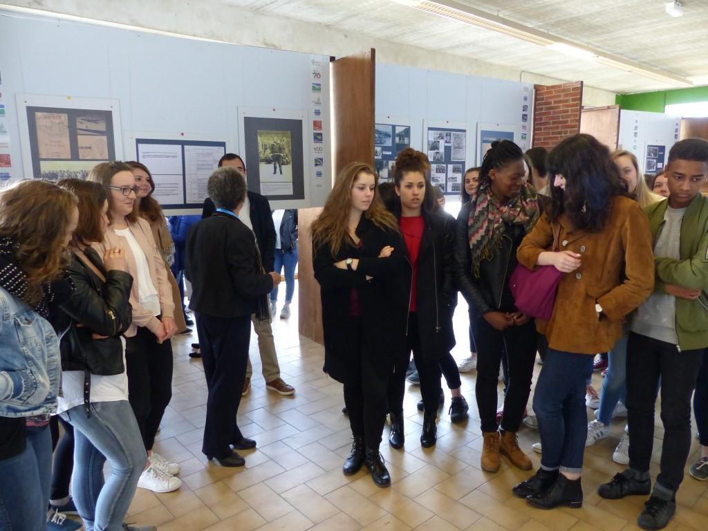 Les jeunes présents ont découvert l'exposition avec intérêt.