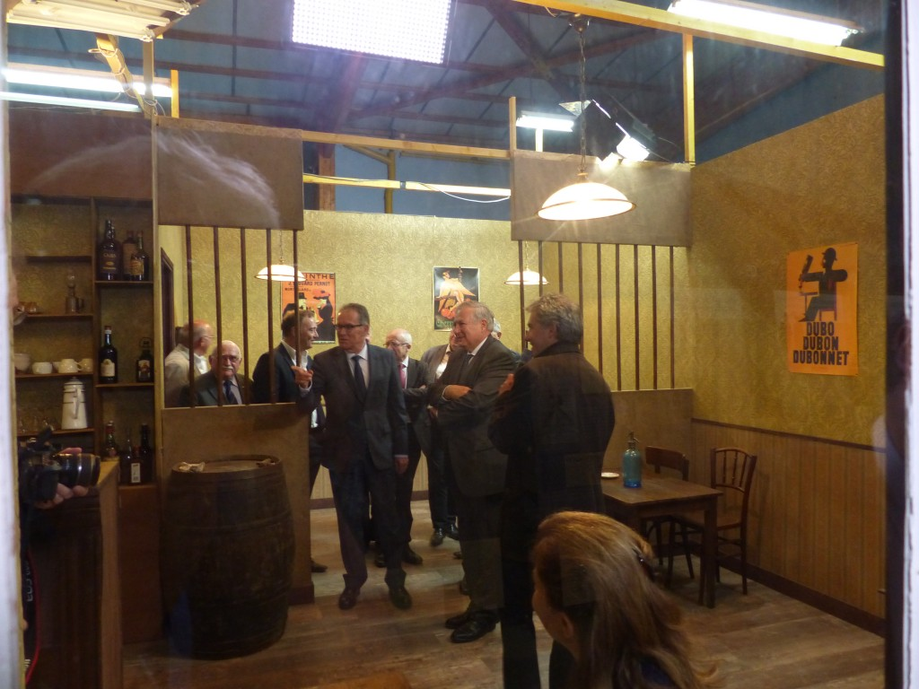 Nicolas Guillou présente le décor du café au Préfet et aux élus.