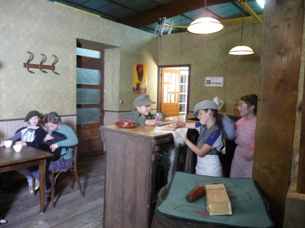 Répétition d'une scène, dans le décor du café-épicerie reconstitué au studio de Tréveneuc.
