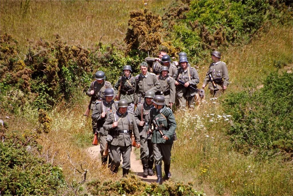 La patrouille des soldats allemands sur le chemin des douaniers.
