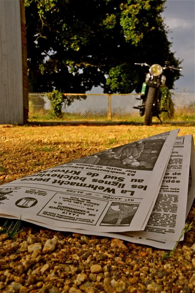 Si la moto Norton est d'époque, le journal est un fac-similé…