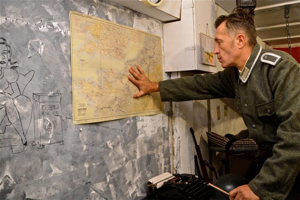 Vérification de l'avance des Alliés sur la carte.