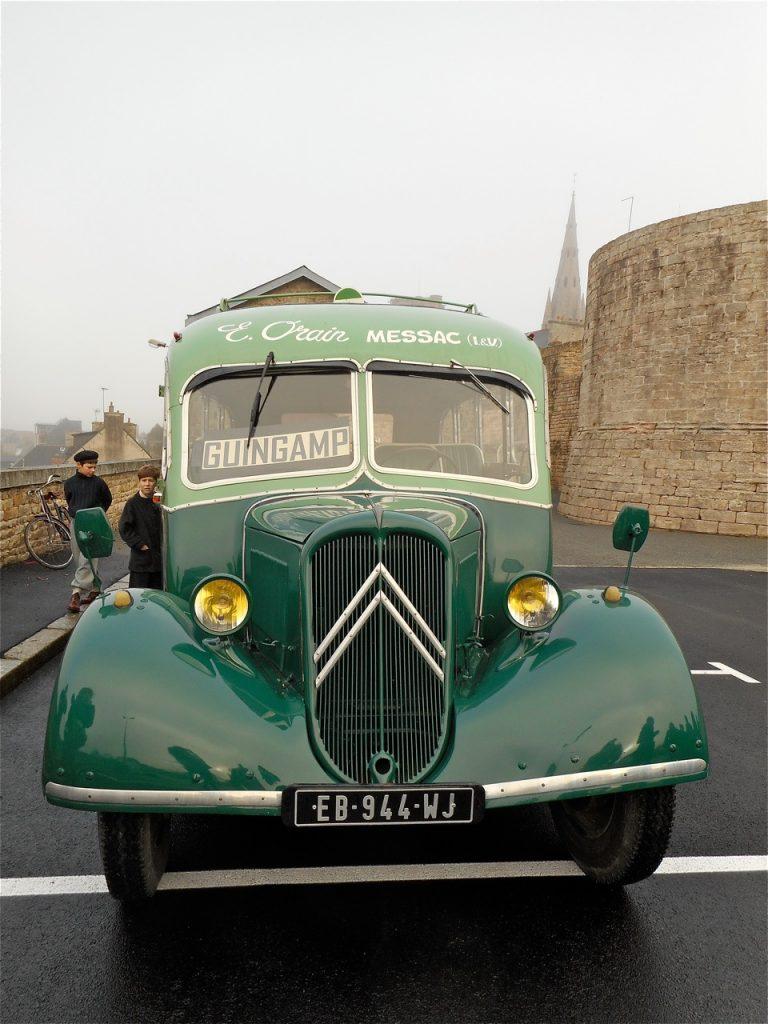 Gros plan sur l'autocar Citroën U23, qui fait partie de la collection de l'entreprise de transport Orain à Messac.