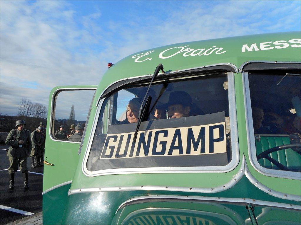 M. et Mme Pierre arrivent à Guingamp sous le regard des soldats allemands.