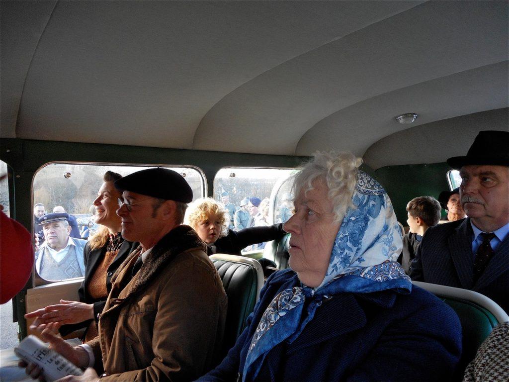 Carole Carduner, Marco LOsevelt, Jeannine Delacotte et le petit Loïs s'installent dans l'autocar.