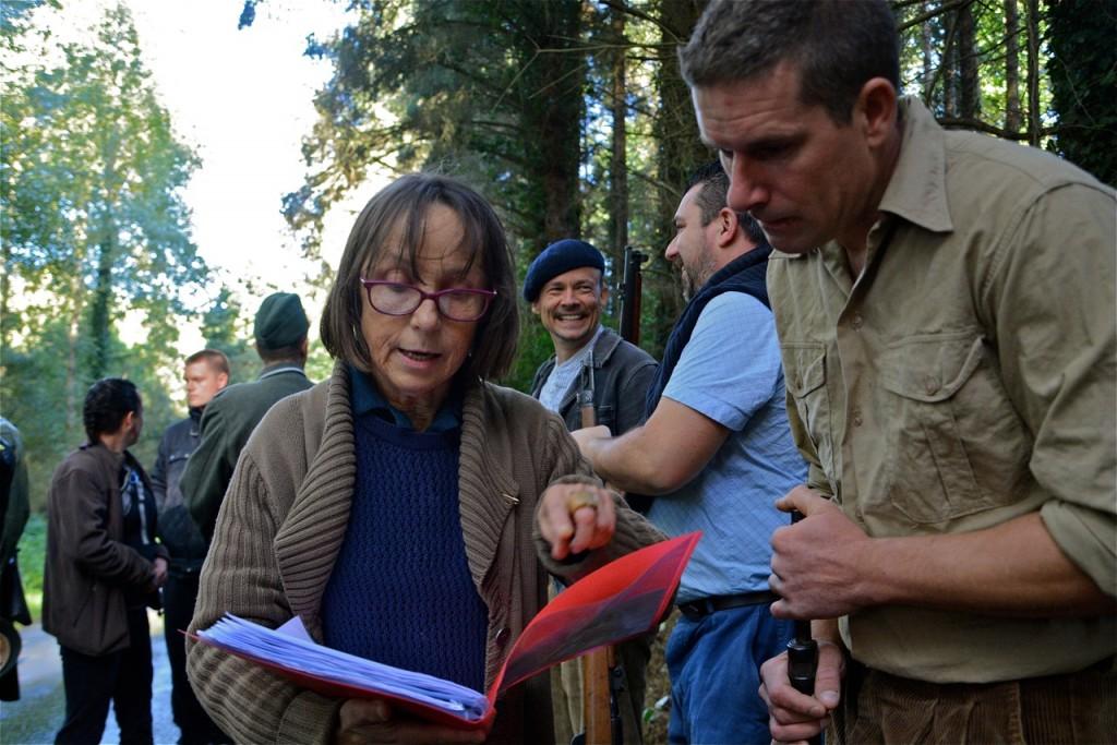 Gisèle confirme à Cyrille Bernard un détail de la scène.