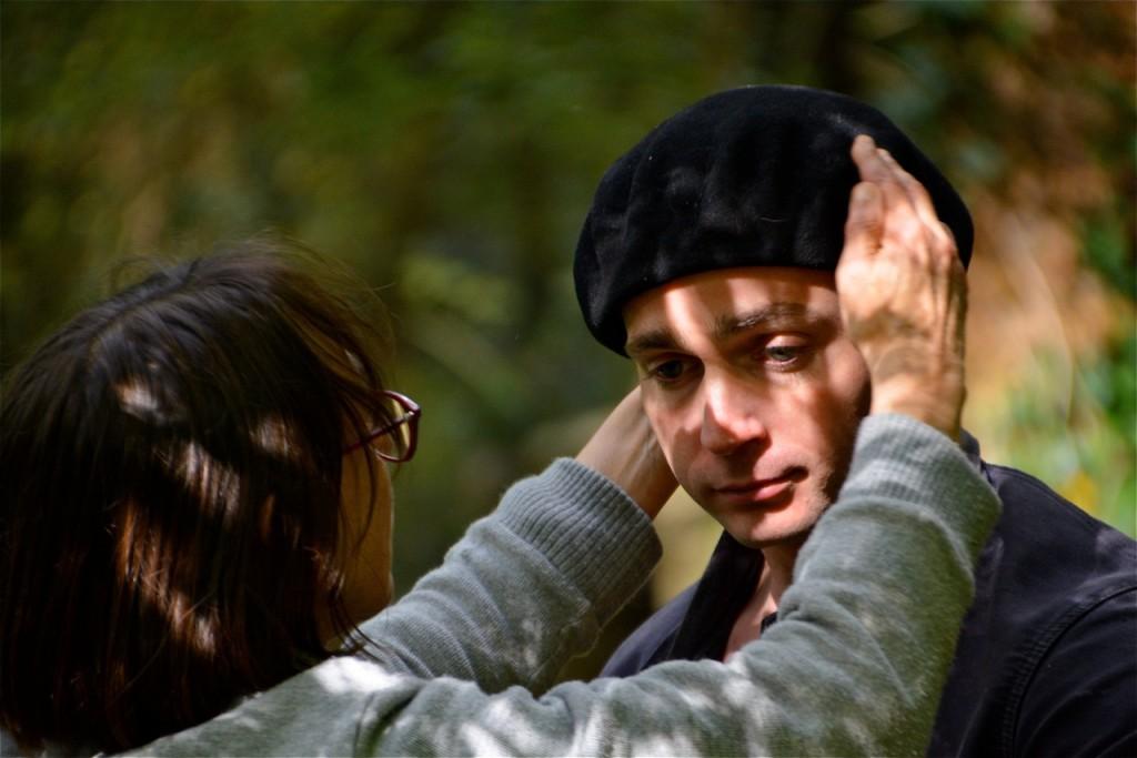 Gisèle rajuste le béret de Guillaume David.