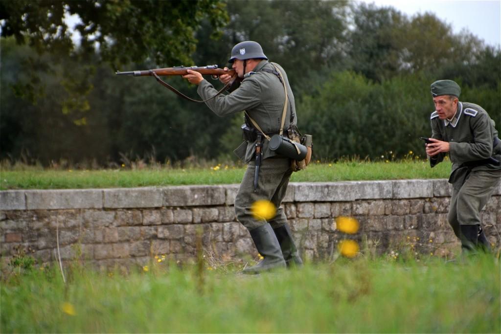… face aux soldats allemands qui ripostent.