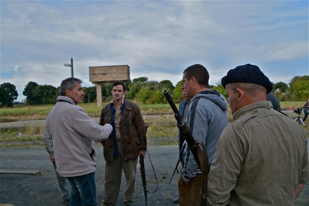 Devant le château d'eau de la gare, Nicolas donne ses consignes à Brice Ormain et aux figurants.