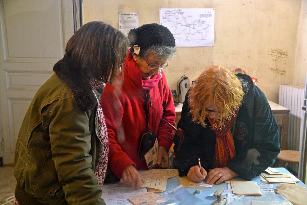 Pendant ce temps, Gisèle, Monique et Linette préparent les faux papiers.