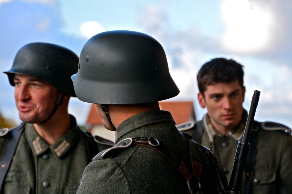 La gare est truffée de soldats allemands.