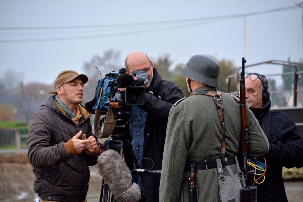 Le journaliste a interviewé acteurs et figurants.