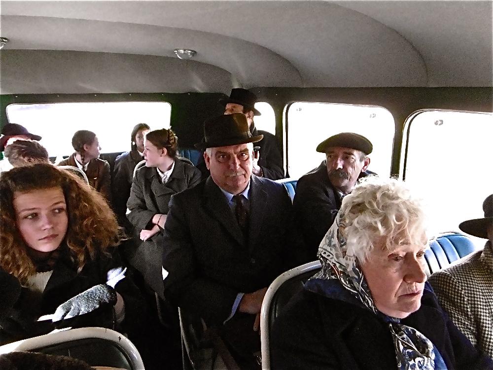 Dans l'autocar, les passagers patientent…