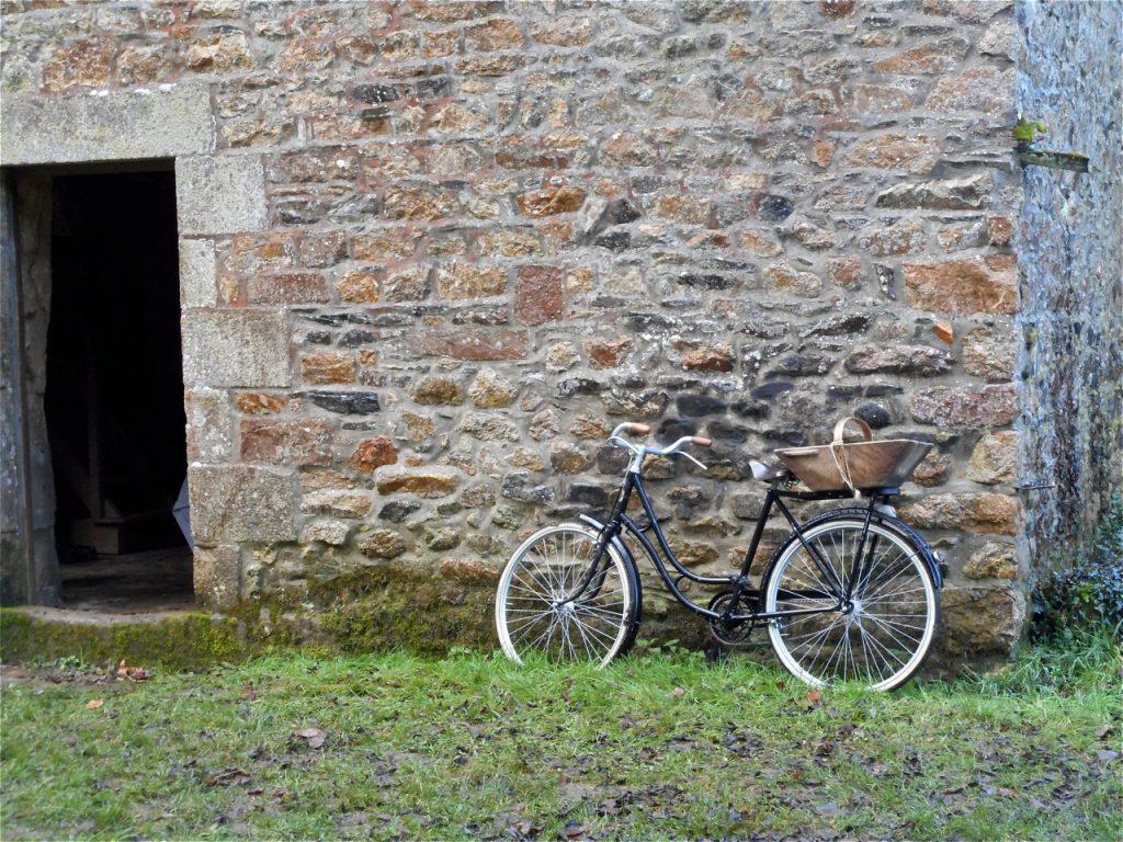 Le petit vélo de Marie-Thérèse attend son heure.