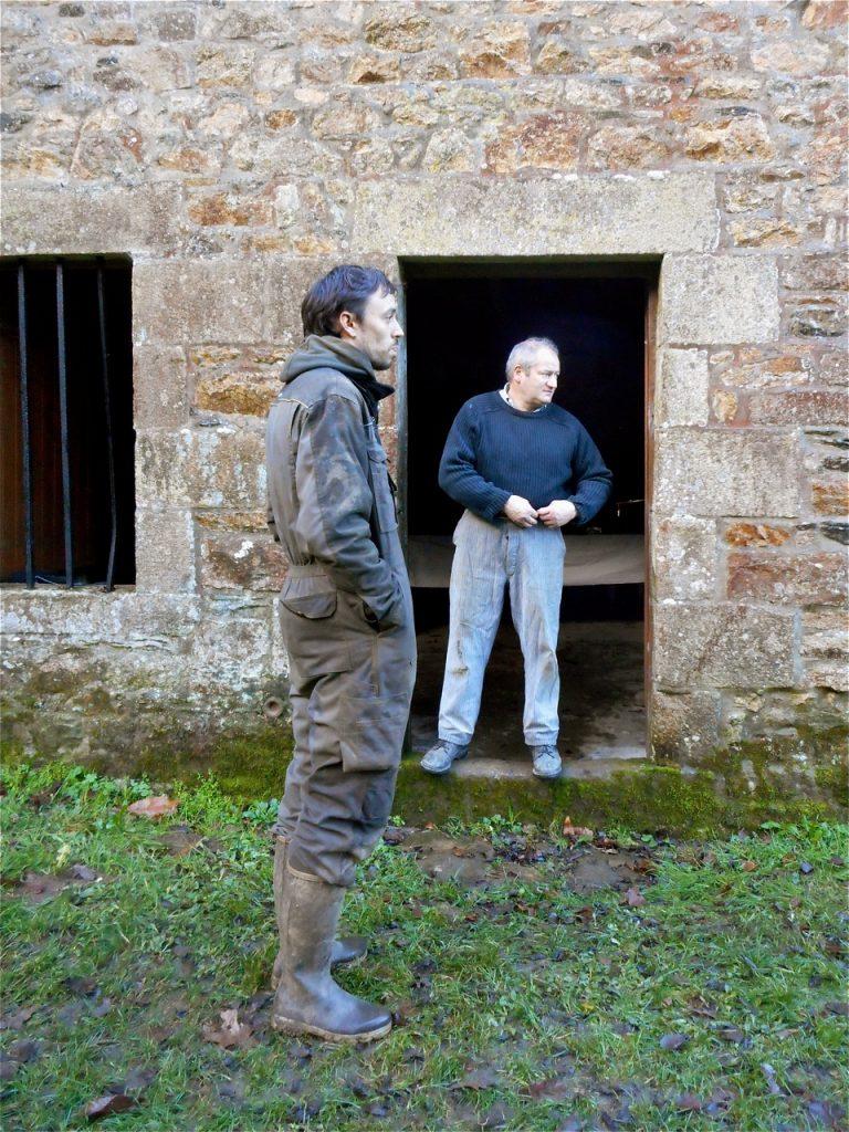 Evence est venu en voisin rendre une petite visite, alors que Jean-Jacques se prépare.