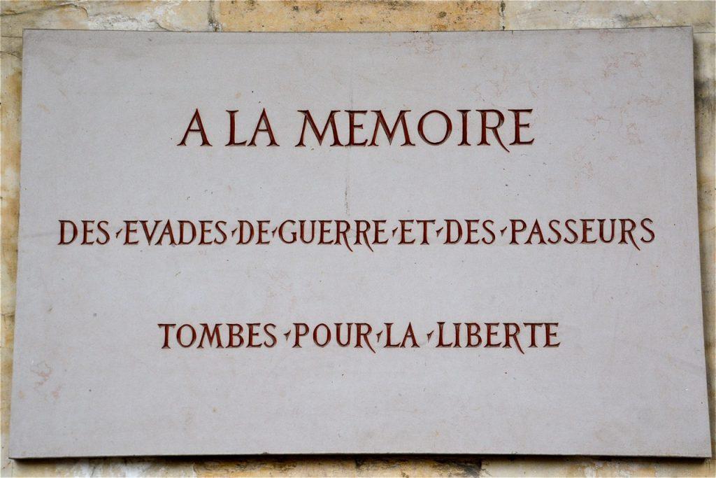 Parmi les nombreuses plaques commémoratives, celle-ci rend hommage aux évadés et aux passeurs.