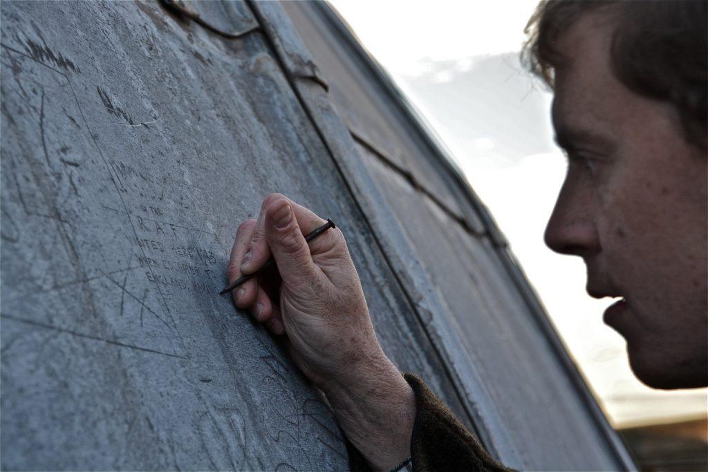 Bryan Le Moan dans le personnage du pilote anglais qui a gravé le message.