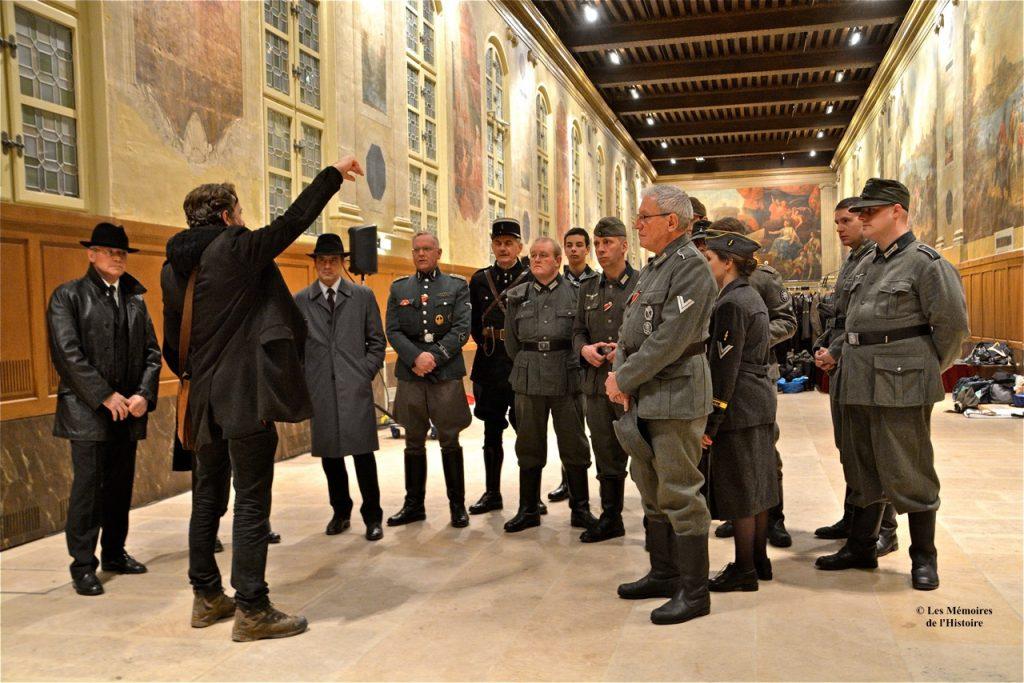 Eric Simonin donne les indications de tournage à léquipe du GTRH-40 (Groupe Théâtral de Reconstitution Historique 1940) dans la salle Turenne.