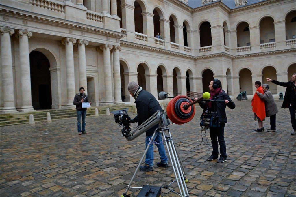 Mise en place de la caméra dans la cour d'honneur des Invalides pour la scène de l'arrestation de Georges Morin.
