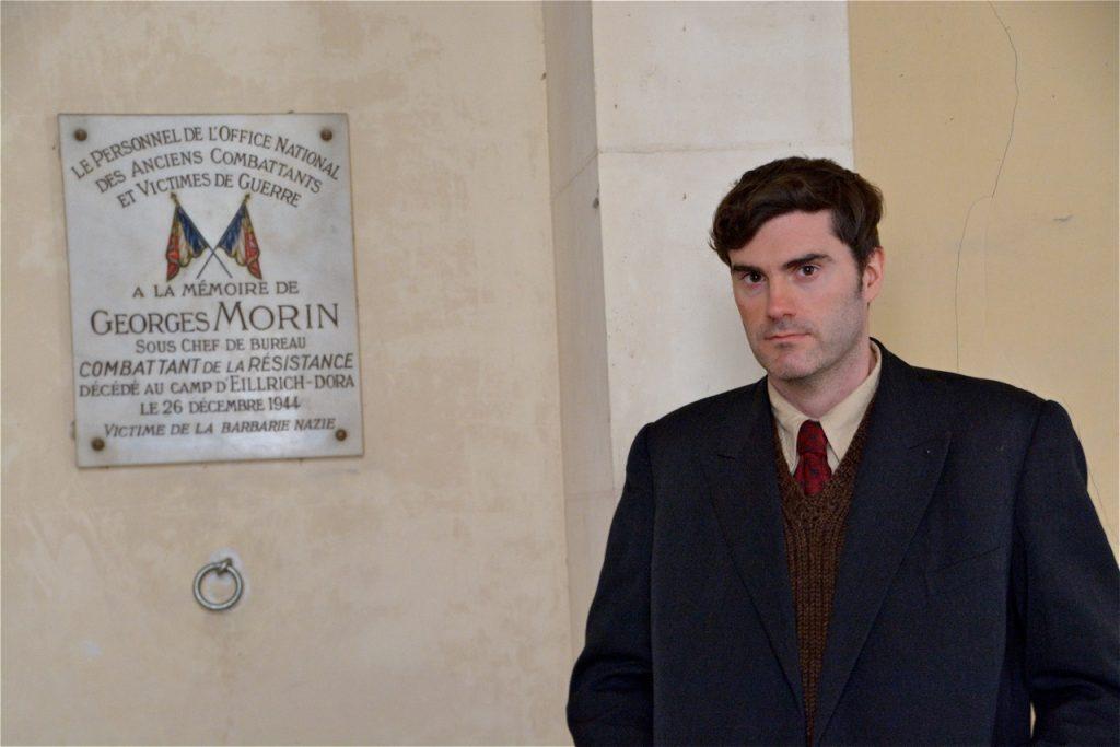 Arnaud Delamotte devant la plaque commémorative de Georges Morin.