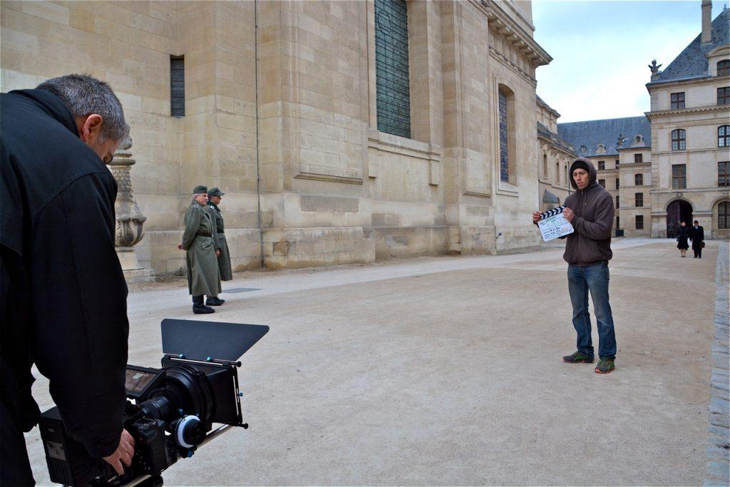 Mise en place pour le tournage d'une nouvelle scène, à l'arrière de l'église Saint-Louis des Invalides.