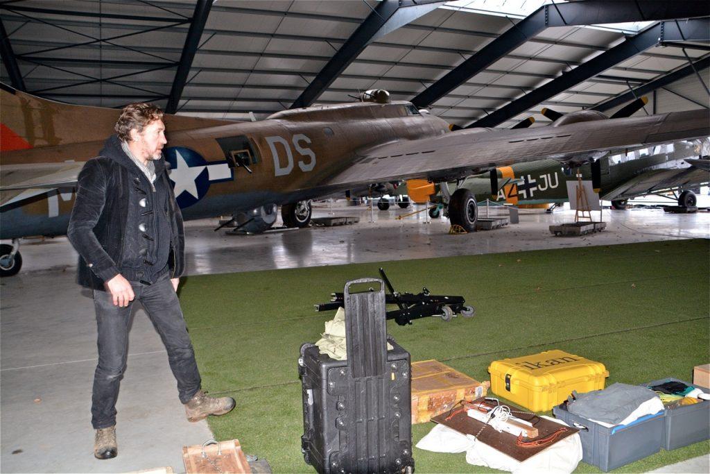 On décharge le matériel de tournage au fond du hangar, derrière le B-17.