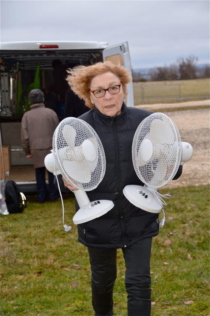 Ne vous fiez pas aux apparences : ce ne sont pas les ventilateurs qui décoiffent Linette, mais le vent sur le plateau de Cerny !