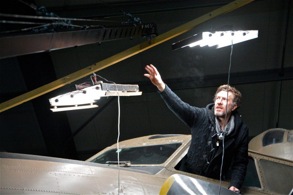 … pour l'éclairage du cockpit : Eric Simonin oriente les lumières.