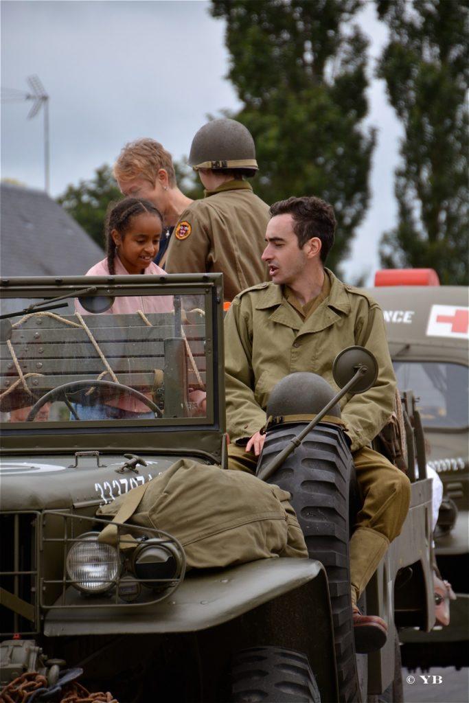 Les véhicules militaires du MVCG ont accueilli les enfants présents à la cérémonie.