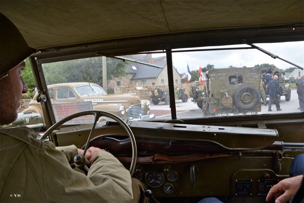 Le convoi, vu de l'intérieur d'une Jeep.