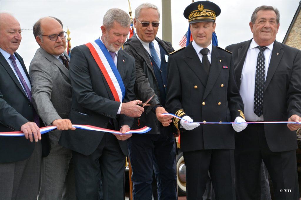 L'inauguration officielle. Le maire coupe le ruban.
