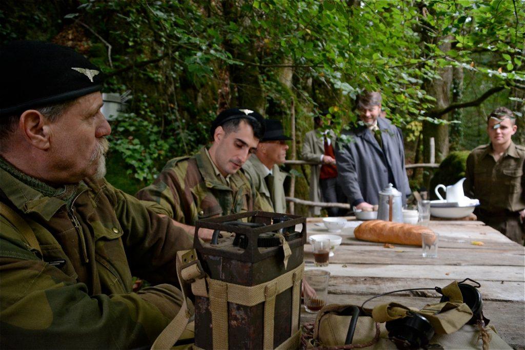… le chef du maquis accueillent les officiers alliés.