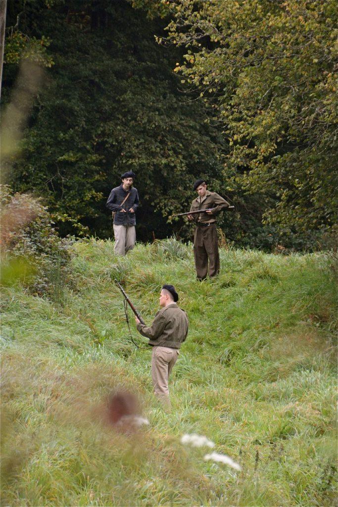 … ils vont rejoindre les maquisards dans le bois.